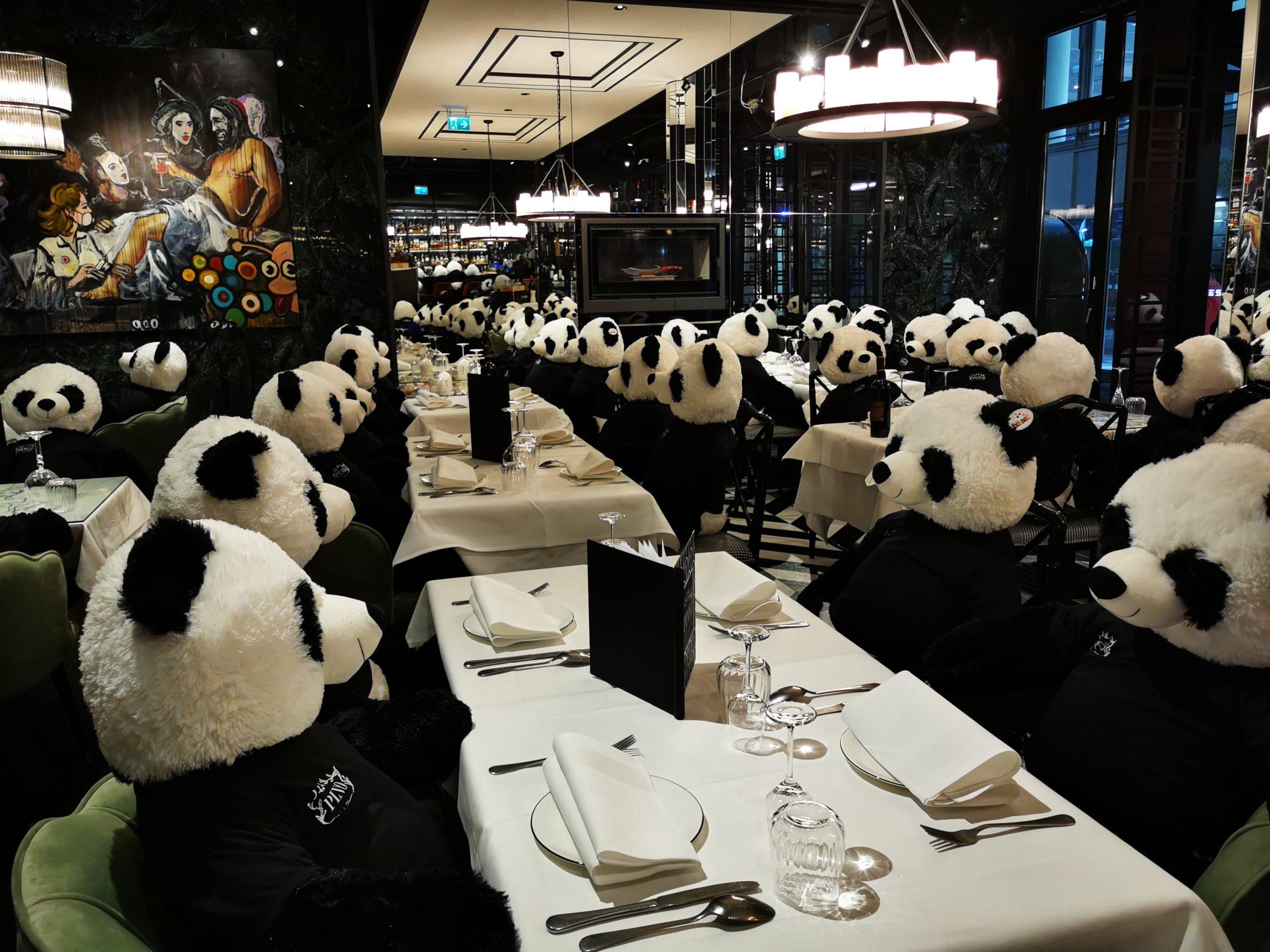100 Giant Pandas besetzen Frankfurter Restaurant während des Corona Lockdowns.